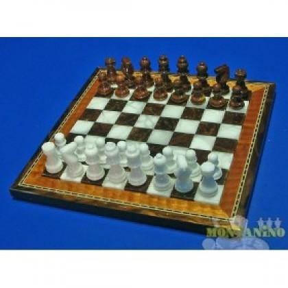 Scacchi e scacchierain alabastro con cornice in legno intarsiato cm 28 X 28..18456M