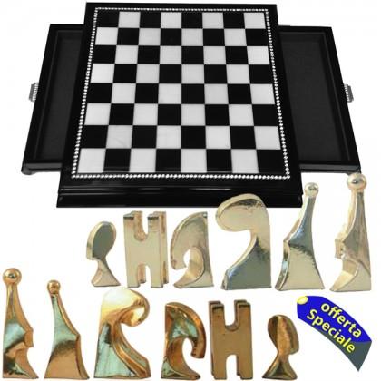 Scacchiera realizzata in alabastro e legno e scacchi moderni argentati e dorati piombati e felpati.18470-18473